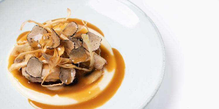 Cuisse de volaille braisée aux champignons de Paris.  Mousseline et chips de panais, chiffonnade de truffe noire