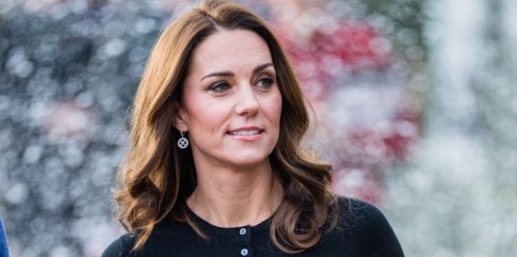 PHOTOS - Kate Middleton, radieuse dans une jupe midi aux motifs stars de la saison (on copie !)