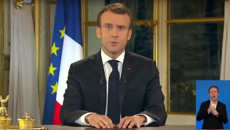 Mains sur la table, regard fixe… l'attitude d'Emmanuel Macron pendant son allocution moquée sur la Toile