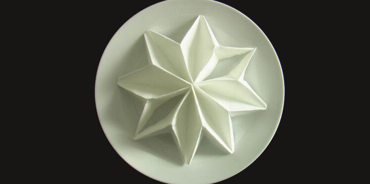 Comment réaliser un pliage de serviette en forme d'étoile ?