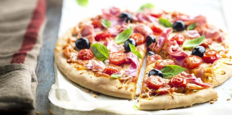 Pizza au jambon, mozzarella, tomates cerise, olives et basilic
