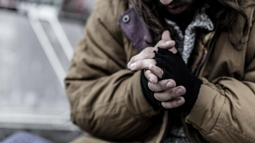 Un petit garçon vend ses tableaux pour aider les sans-abris
