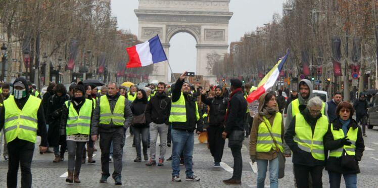 Gilets jaunes : les images choquantes des journalistes chassés par les manifestants