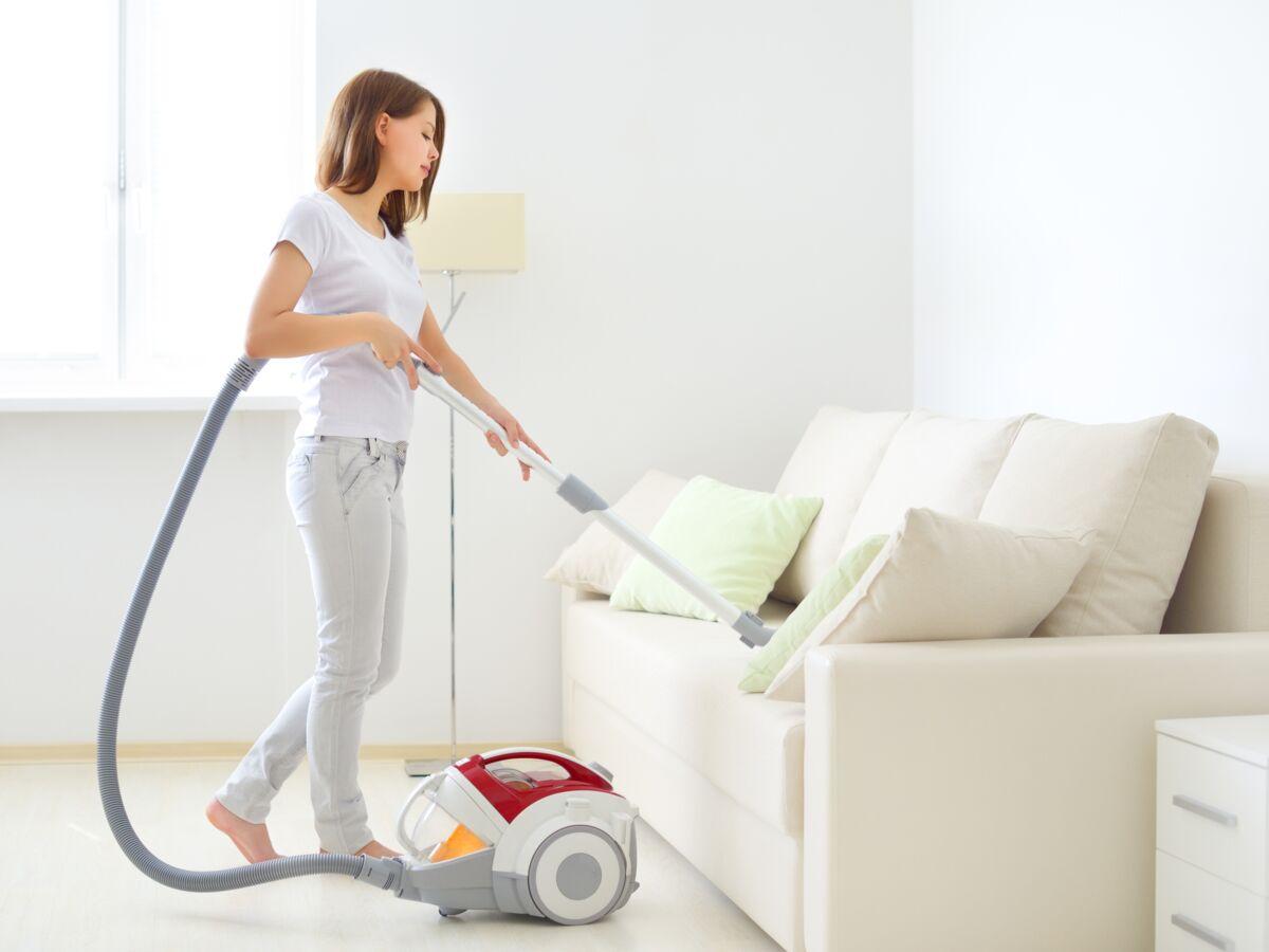 Entretien Canapé Cuir Naturel comment nettoyer naturellement un canapé en tissu ? : femme