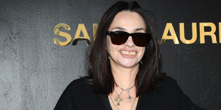 Béatrice Dalle roule un joint sur la tombe d'un chanteur et fait polémique
