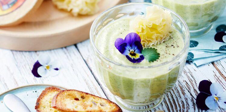 Gaspacho vert au concombre, courgette, basilic, tête de moine AOP et fleurs de pensée