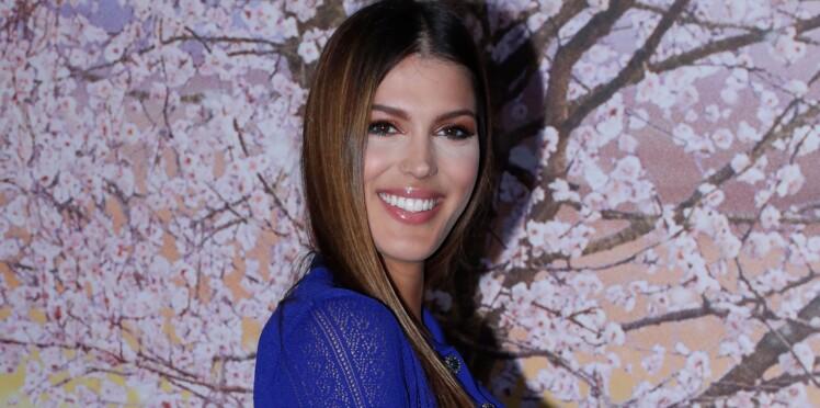Iris Mittenaere : son look au top en robe imprimée et cuissardes en cuir. Vous aimez ?