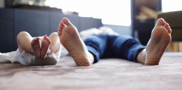 Pourquoi il ne faut jamais porter des chaussures à l'intérieur quand on a un jeune enfant