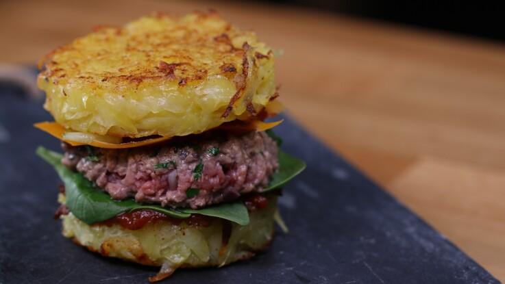 Burger maison aux galettes de pomme de terre : la recette en vidéo