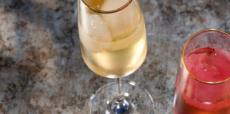 Cocktails au champagne et glaçons colorés