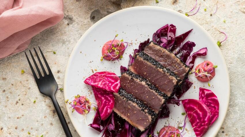 Thon rouge snacké au sésame noir, salade de chou rouge et houmous de betterave
