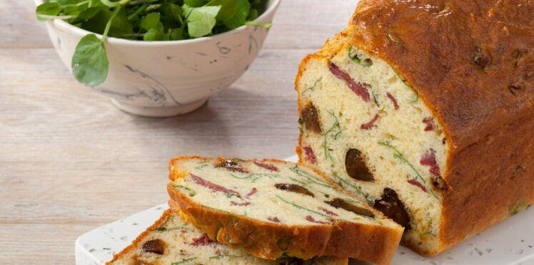 Cake aux pruneaux, magret de canard et cresson