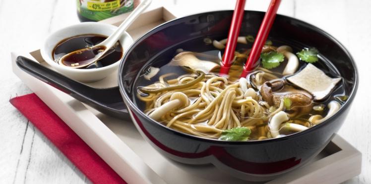Bouillon miso, nouilles, champignons et algues