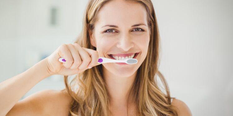 Hygiène dentaire : les 4 erreurs vous faites sans doute en vous brossant les dents
