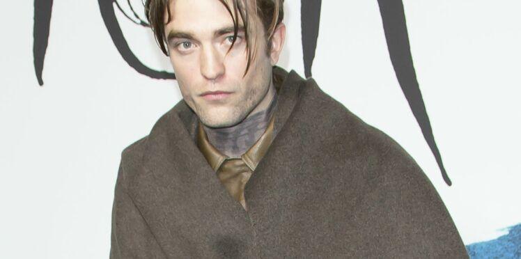 Le look étrange de Robert Pattinson au défilé Dior à Paris