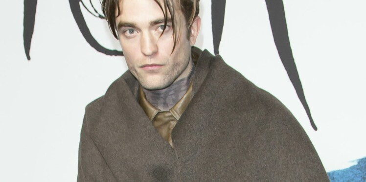 Le look étrange de Robert Pattinson au défilé Dior à Paris
