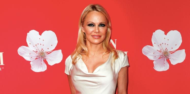 """Pamela Anderson s'en prend à Emmanuel Macron : """" Qui est-ce qui déconne ?"""""""
