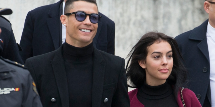 Photo - Cristiano Ronaldo : condamné pour fraude fiscale, le footballeur sort du tribunal avec un grand sourire au bras de sa petite amie Georgina Rodríguez