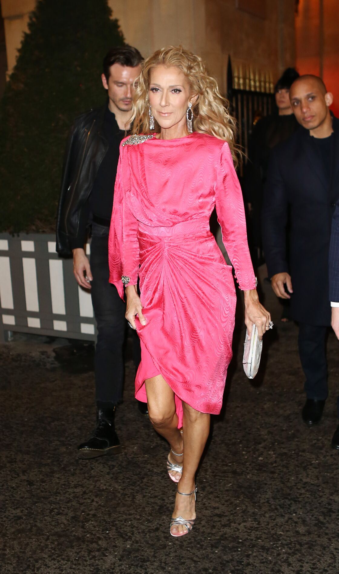 8ab91d49e7 Céline Dion, en robe rose pétard, totalement déjantée au Moulin ...