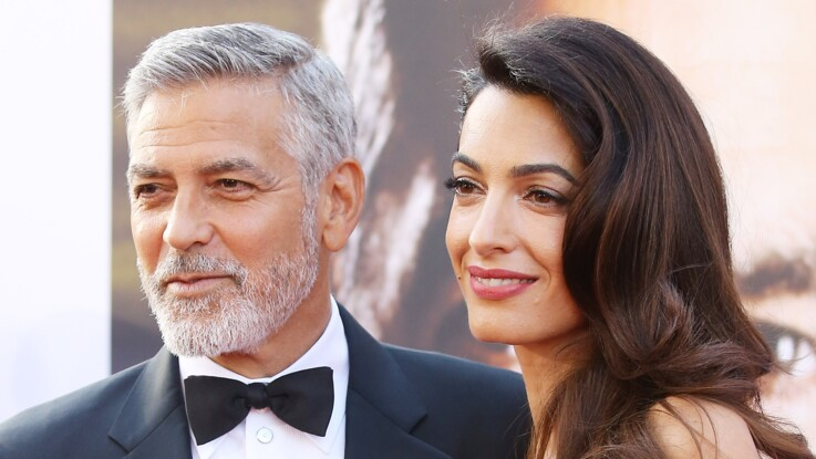 Amal Clooney, sexy en diable en mini robe velours ultra-décolletée (what else !?)