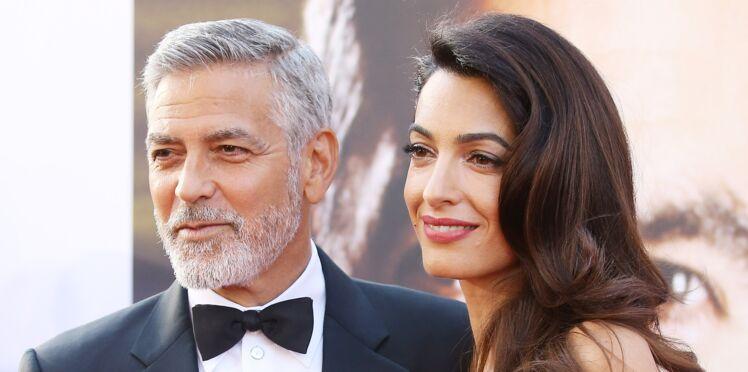 Amal Clooney, sexy en diable en mini robe velours ultra-décolletée (what else !?)