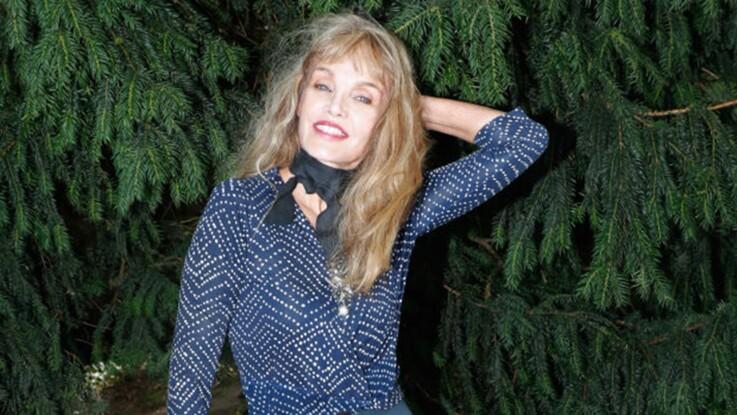 Arielle Dombasle fait le buzz dans une mini jupe à New York