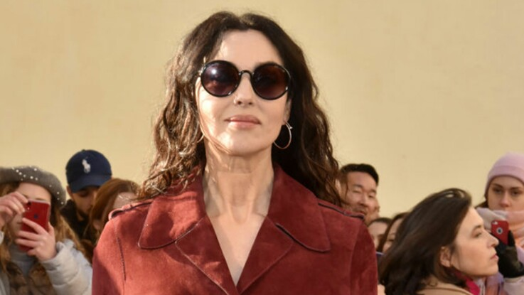 Photos – Monica Bellucci, chic et sexy dans un trench en cuir