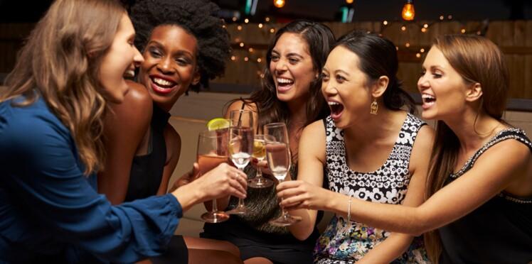 Toute seule en soirée : 7 conseils pour sympathiser facilement avec les autres