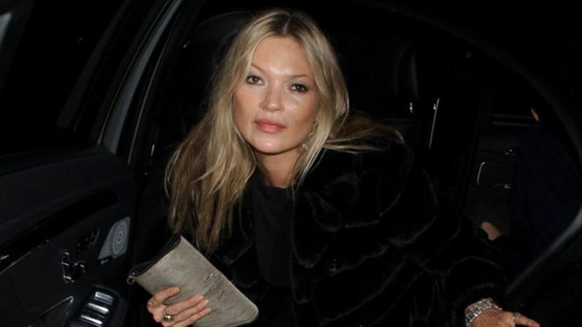 Photos – Kate Moss oublie de boutonner sa chemise… et en dévoile un peu trop !