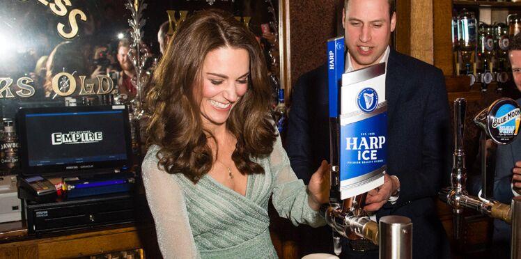 Vidéo - Kate Middleton s'éclate à Belfast et sert des bières avec le Prince William