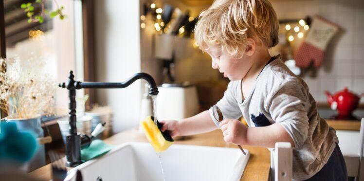 Tâches ménagères : que peut-on demander à son enfant en fonction de son âge pour le responsabiliser ?
