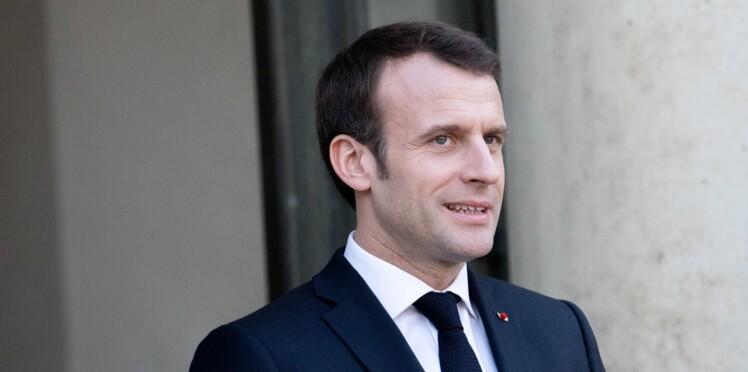 Vidéo - Emmanuel Macron refuse de porter un collier à l'effigie des Gilets jaunes