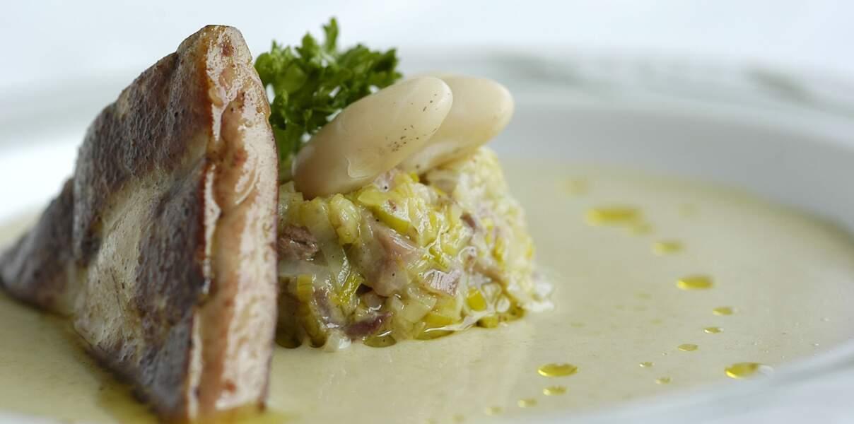 Velouté de haricots tarbais, fondue de poireaux au confit de poule, foie gras de canard