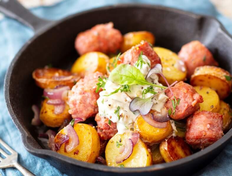 Poêlée de pommes de terre et saucisse fumée, fromage blanc à l'alsacienne