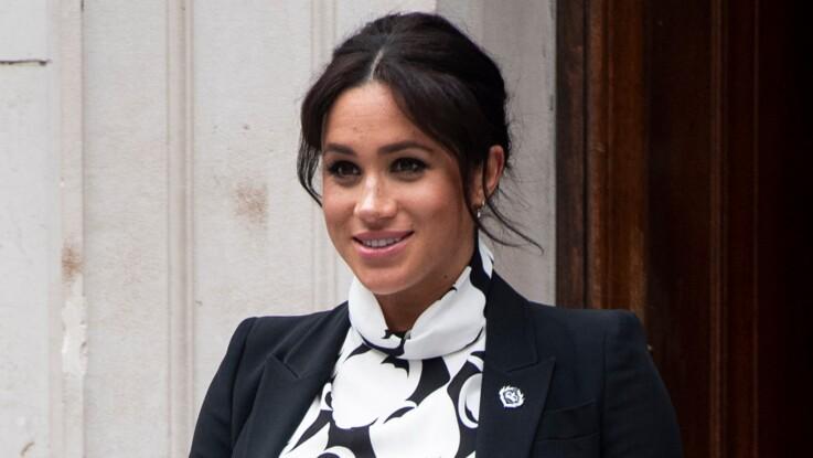 Mains sur le ventre en manteau vert comme Kate Middleton, Meghan Markle très enceinte fait sensation !