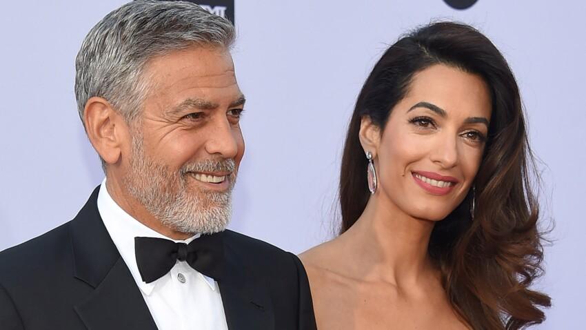Photos - Amal Clooney à couper le souffle dans une robe bustier pour un dîner à Buckingham Palace