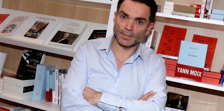 """Yann Moix traité """"comme un clébard"""" : son gros pétage de plombs lors d'une conférence de presse à Rennes"""