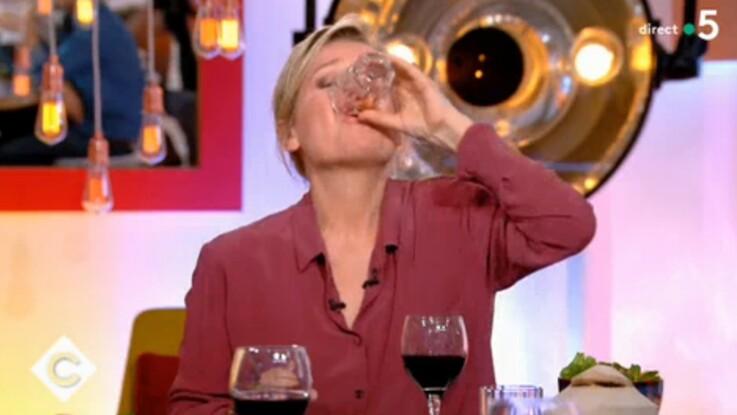 C à vous : Anne-Elisabeth Lemoine boit un verre de rhum cul sec... et perd le contrôle de l'émission