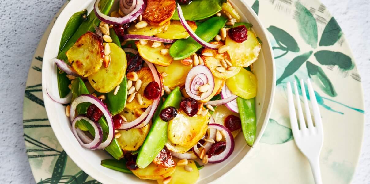 Salade de pommes de terre rissolées, pois gourmands et pignons de pin