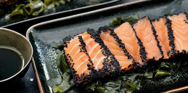 Saumon aux graines de sésame noir et au wakamé