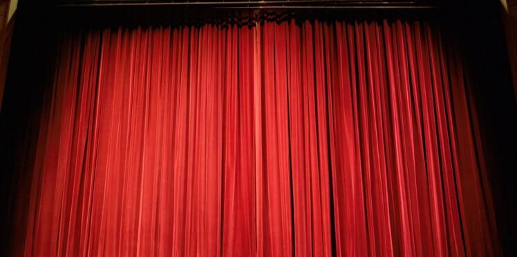Royaume-Uni : un humoriste meurt sur scène en pleine représentation, le public continue de rire