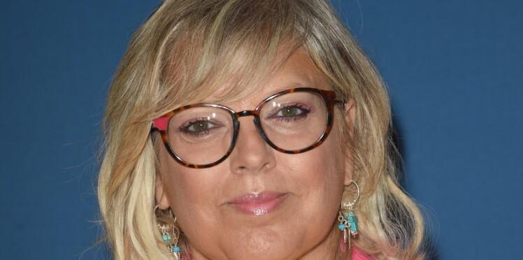 Laurence Boccolini : détendue, elle montre par accident un bout de son soutien-gorge