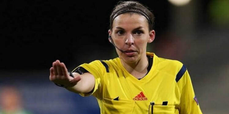 Qui est Stéphanie Frappart, la première femme à arbitrer un match de Ligue 1 ?