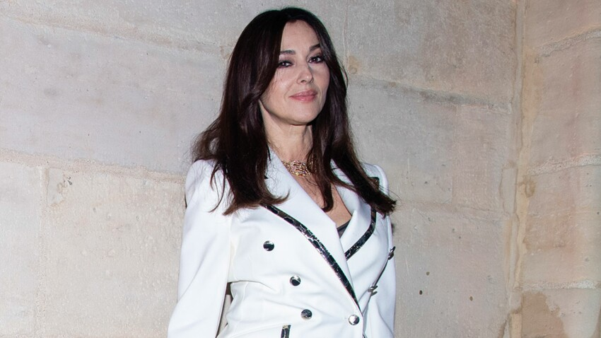 Monica Bellucci : en un coup de vent, elle frôle l'accident de culotte !
