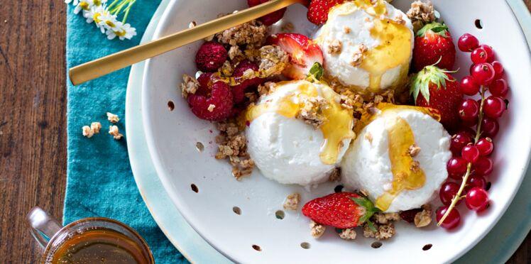 Faisselles au granola et aux fruits rouges