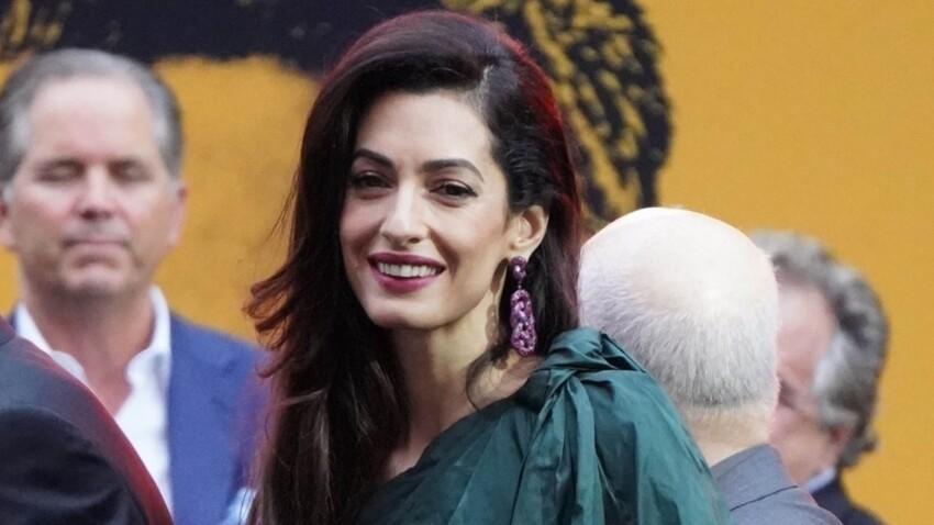 Amal Clooney : jupe courte, crop-top et paillettes, elle brille au bras de George