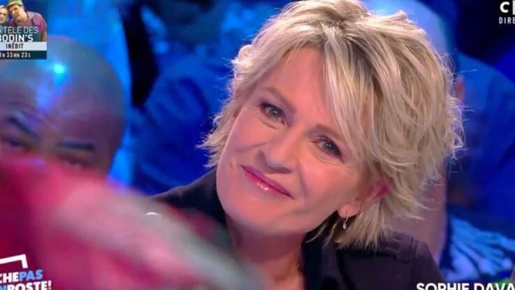 """VIDÉO - Sophie Davant craque face aux messages d'adieu de ses collègues de """"C'est au programme"""""""