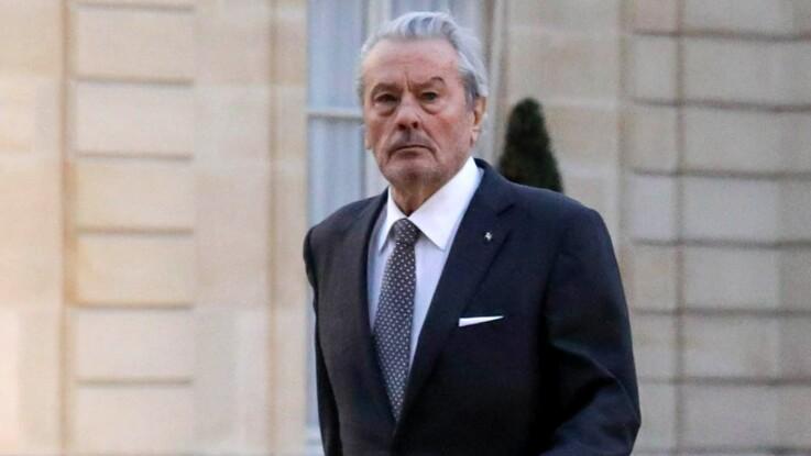 """Alain Delon : le petit détail qu'il ne """"supporte pas"""" chez Emmanuel Macron"""