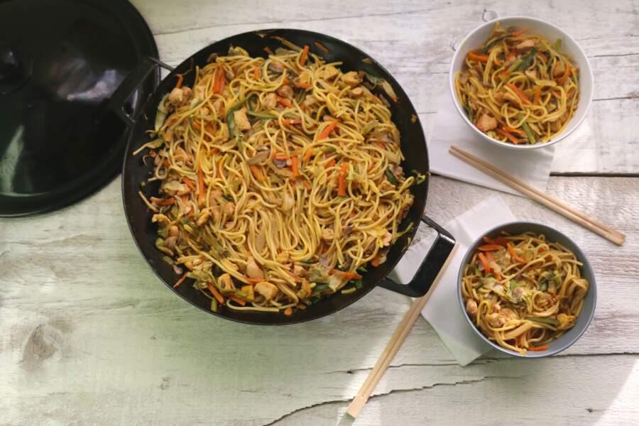 Wok de nouilles soba aux carottes et noix de cajou, sauce soja