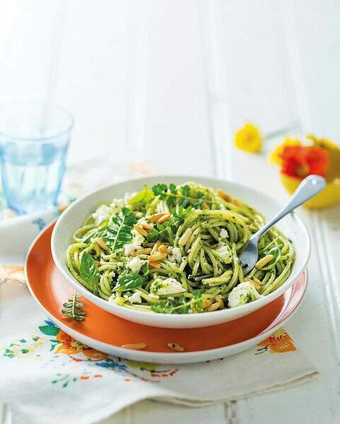 Spaghettis au pesto, pignons et basilic frais